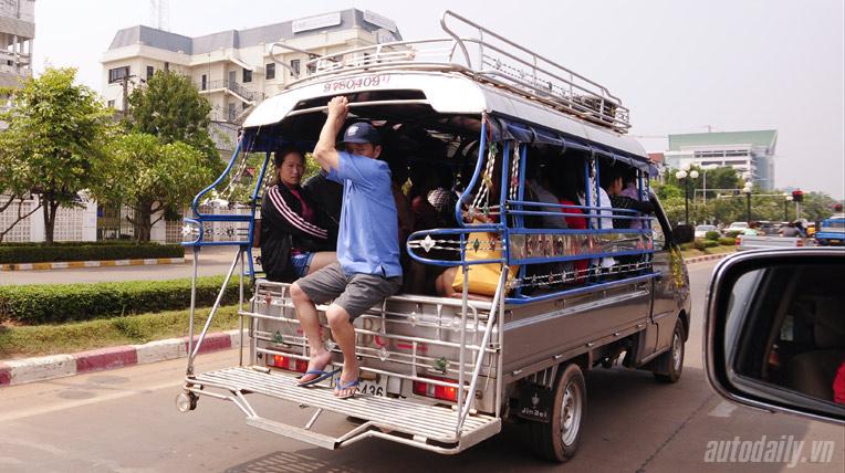 Độc đáo những chiếc xe tải chở khách ở Lào