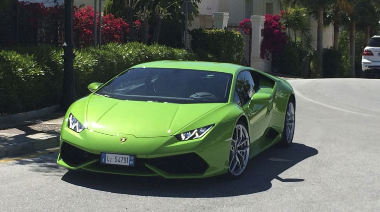 Lamborghini Huracan màu xanh nõn chuối bắt mắt