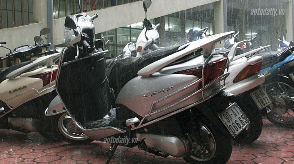 """Để xe tay ga """"dầm"""" mưa, cẩn thận chết động cơ"""