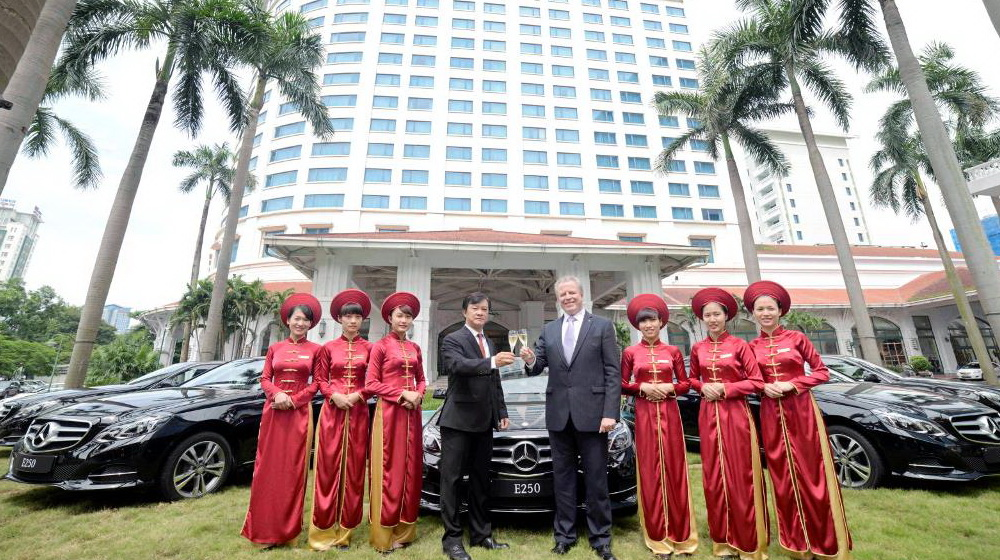 Mercedes giao xe E-Class cho khách sạn Daewoo Hà Nội