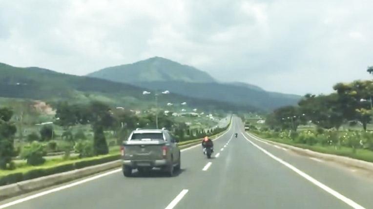 """Video: 5 môtô chạy với tốc độ """"kinh hoàng"""" trên cao tốc Việt"""