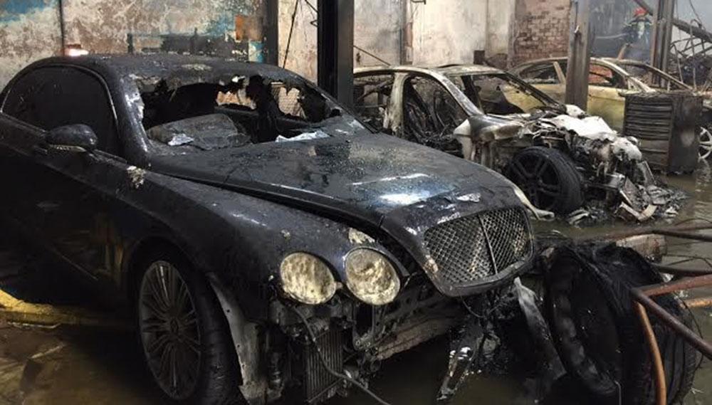 """""""Đếm"""" xe sang bị thiêu rụi trong đám cháy tại Sài Gòn"""
